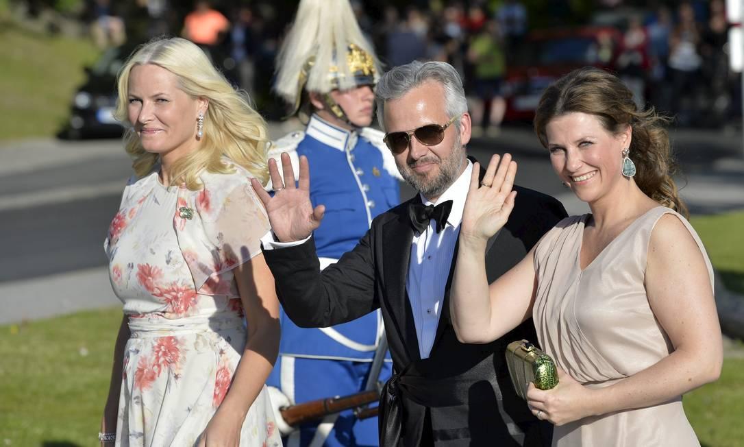 As princesas da Noruega Mette-Marit (à esquerda) prestigiou o evento acompanhada da irmã Martha Louise e do marido dela, o escritor norueguês Ari Behn TT NEWS AGENCY / REUTERS