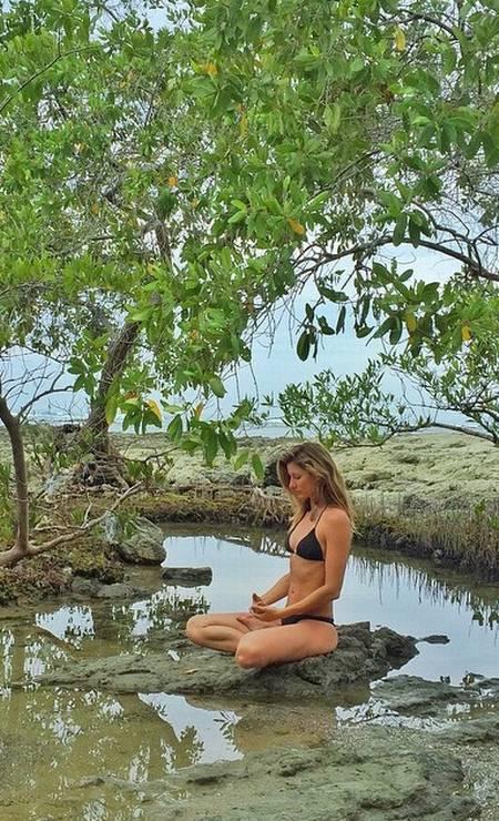 Bastou o tempo esquentar um pouco no Hemisfério Norte para as famosas exibirem suas curvas no Instagram. E olha que o verão ainda nem chegou por lá. Nesta galeria, reunimos alguns cliques de quem já têm curtido as temperaturas mais altas e aproveitado para relaxar na praia ou na piscina. De férias com a família na Costa Rica, Gisele Bündchen postou um clique de biquíni, exibindo sua barriga sarada. Como sempre, ela optou por um modelo preto Foto: Reprodução/ Instagram