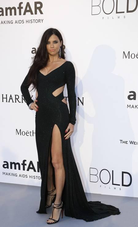 No baile da amfAR, em Cannes, Adriana Lima optou por um preto recortado do estilista Alexandre Vauthier Foto: Thibault Camus / AP