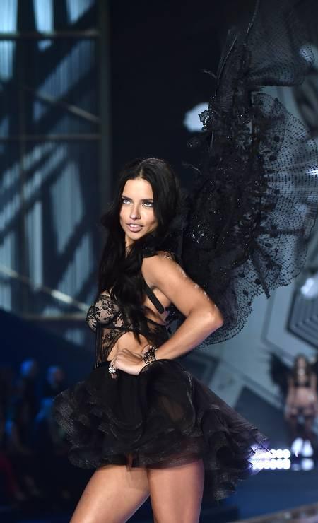 Adriana Lima exibiu asas pretas no desfile de 2014 da Victoria's Secret Foto: LEON NEAL;LEON NEAL / AFP