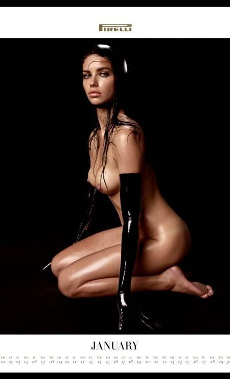 Adriana abre o calendário Pirelli 2015. O clique é de Steven Meisel Foto: Steven Meisel