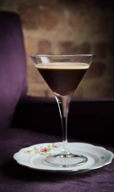 No Miam Miam, Danni Camilo apostou em ingredientes que remetem ao clima mais frio, como o café do Espresso Tini, que leva ainda vodca e açúcar de laranja (R$ 21,60) Tomas Rangel / Divulgação