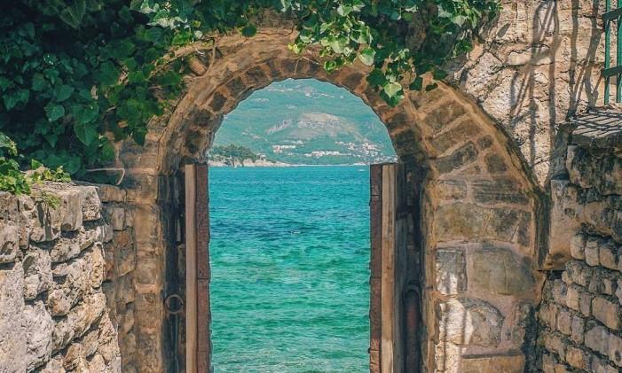 A pequena saída de uma casa em Budva, Montenegro Foto: @tatiruediger / Instagram