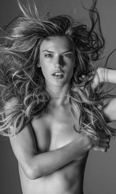 "No livro ""Angels"", do fotógrafo australiano Russel James, Alessandra fez topless RUSSELL JAMES"