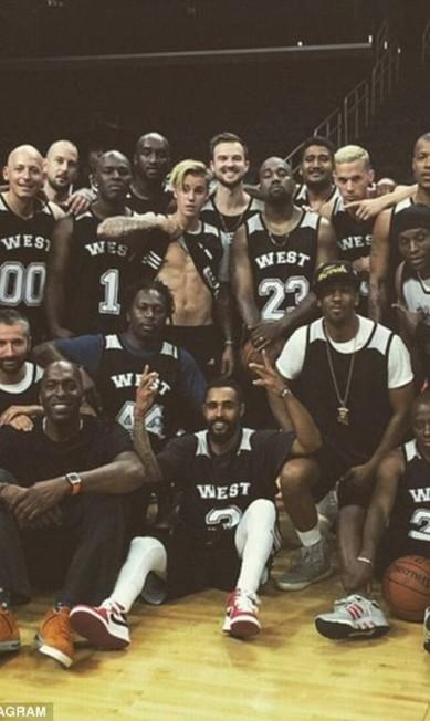 O aniversário era do rapper Kanye West. Mas quem roubou a cena foi Justin Bieber - sempre ele. Kanye comemorou a data com um jogo de basquete no ginásio Staples Center, em Los Angeles. No momento da foto dos times, Bieber levantou a camisa e exibiu o seu já conhecido tanquinho, virando protagonista da foto Reprodução/ Instagram