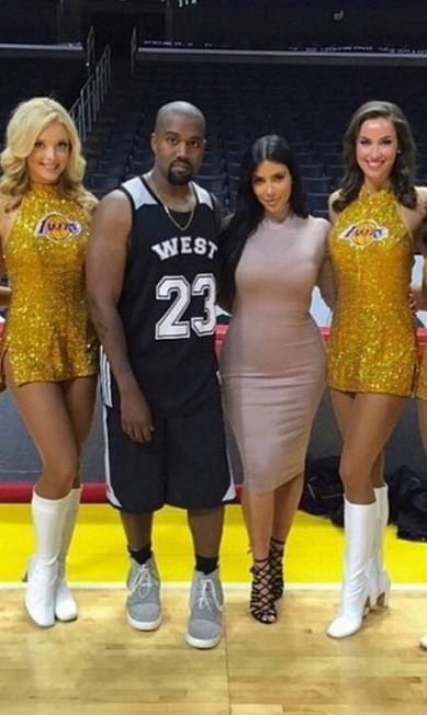 O casal Kim Kardashian e Kanye posam com as animadoras de torcida Reprodução/ Instagram