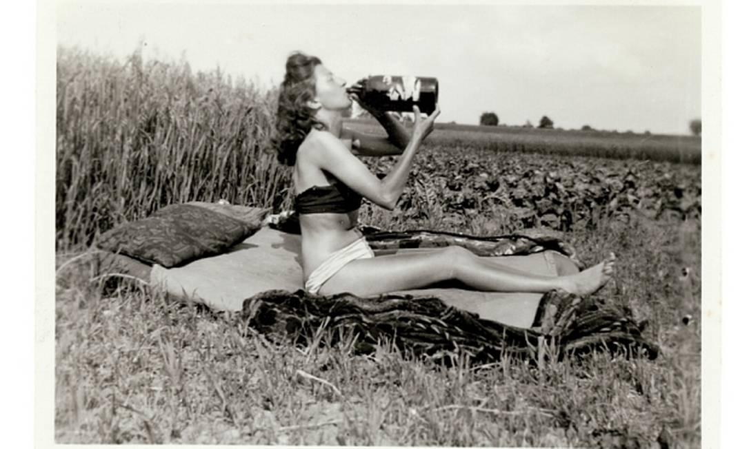 As fotos são da coleção de Peter J. Cohen, de 68 anos. Há 25 anos, ele começou a procurar fotos instantâneas descartadas em um mercado de pulgas de Nova York. Atualmente, seu apartamento em Greenwich Village reúne 60 mil fotografias Peter J Cohens collection