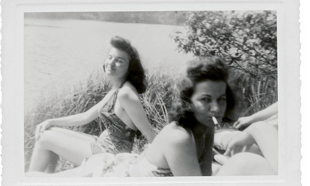 Mulheres fumando e de maiôs tomando sol Divulgação / Peter J Cohens collection