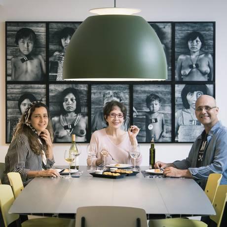 A matriarca da família, dona Elsa (no centro), entre os filhos, Adriana e Luiz Cláudio Varejão, no atelier de Adriana Foto: Agência O Globo / Leo Martins