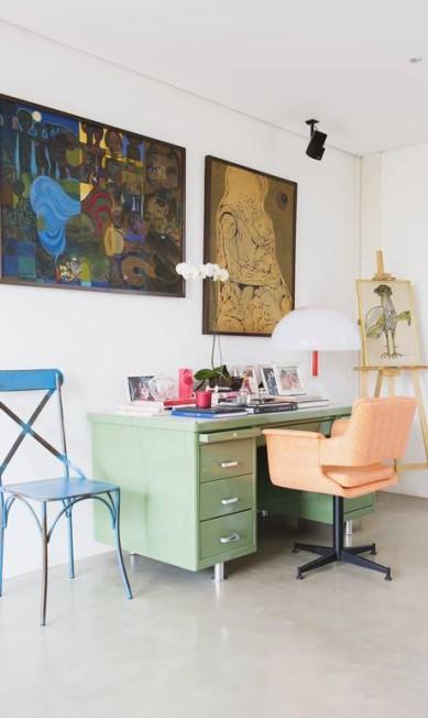 Num canto da sala, a escrivaninha dos anos 60 que foi comprada em um ferro-velho e reformada Reprodução