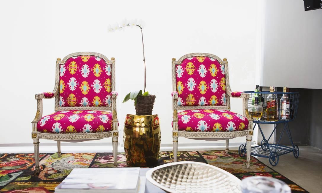Cadeiras com estampa ikat, garden seat e carrinho aramado que serve como um bar Reprodução