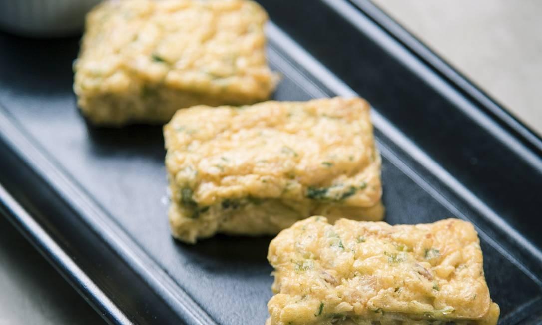 Aprenda a fazer uma delícia de bacalhau, versão do bolinho sem fritura e mais saudável