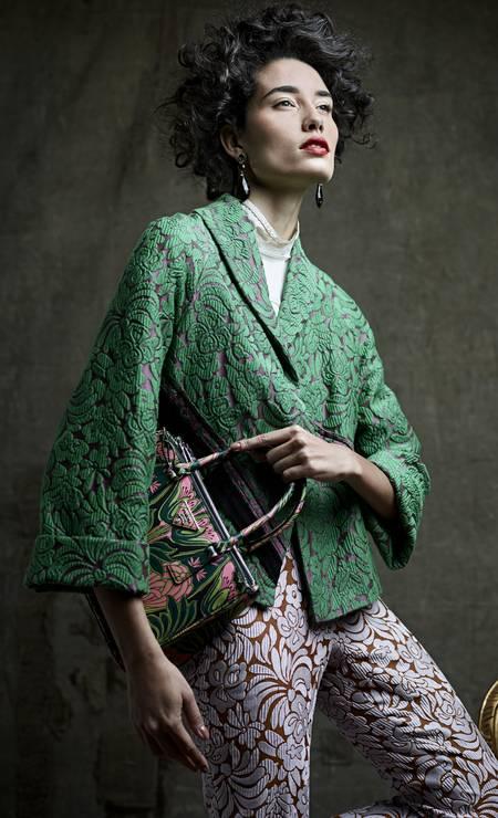 Casaco (R$ 6.350), camisa (R$ 3.660), calça (R$ 3.490) e bolsa (R$ 8.750) Prada. Brincos Ara Vartanian (R$ 34.300) Foto: Daniel Mattar