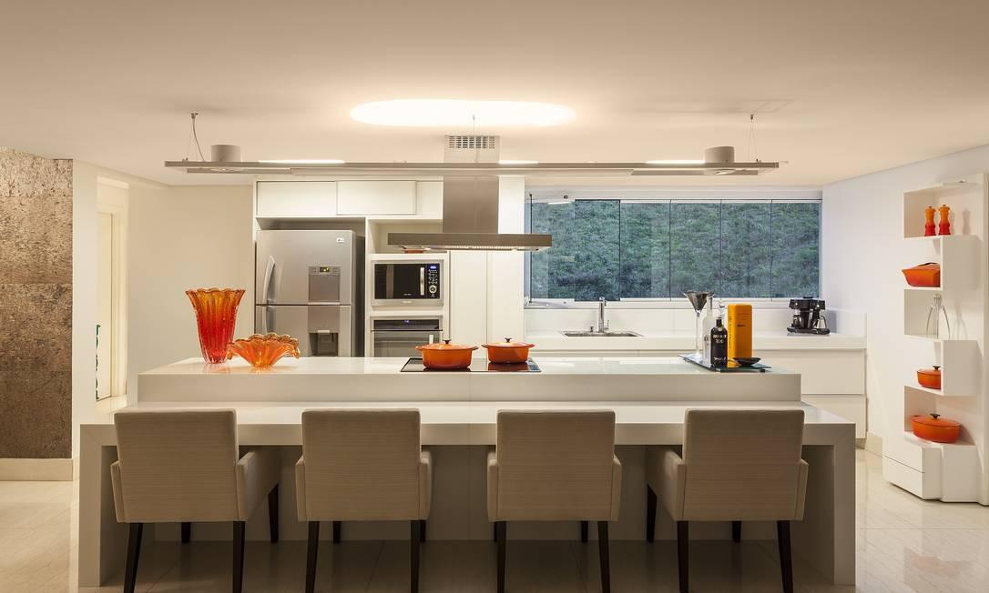 Cozinha e sala de jantar foram integrados para atender o pedido de um casal sem filhos que adora cozinhar e receber amigos neste projeto da arquiteta Estela Netto, em Belo Horizonte. Somados, cozinha e sala tem 70 m² Foto: Daniel Mansur/Divulgação