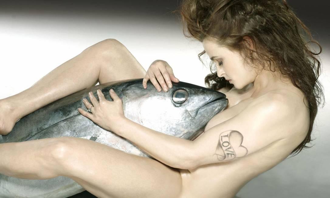 Em fevereiro, a atriz Helena Bonham-Carter já havia bombado nas redes ao posar com um atum para a ONG Fishlove/Divulgação