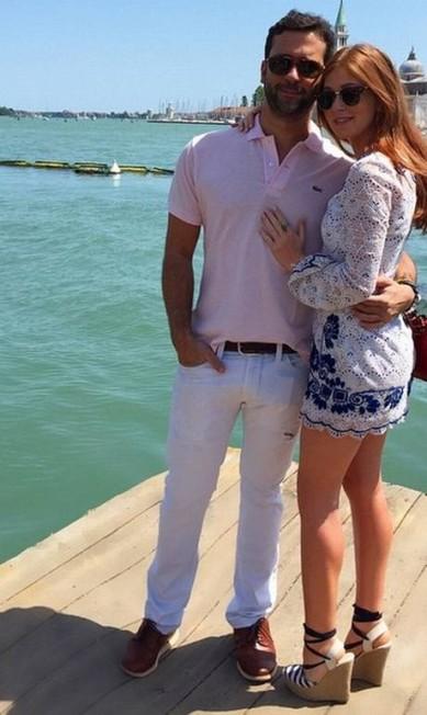 Ao lado do namorado, o empresário Caio Nabuco, pernas de fora. O clique foi feito em Veneza Reprodução/ Instagram
