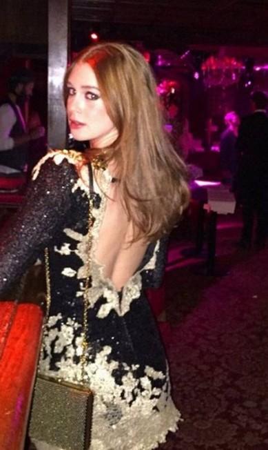 Em Paris, Marina voltou a ousar com este vestidinho de Lethicia Bronstein. Costas em evidência Reprodução/ Instagram