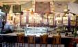 Restaurante Lá da Venda: as mesas disputam espaço com prateleiras cheias de panos de prato, cestas, xícaras, bonecas de pano e tigelas