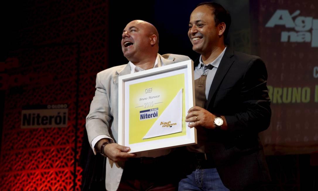 Chef: Bruno Marasco, do Da Carmine, com prefeito Rodrigo Neves Foto: Gustavo Stephan / Agência O Globo