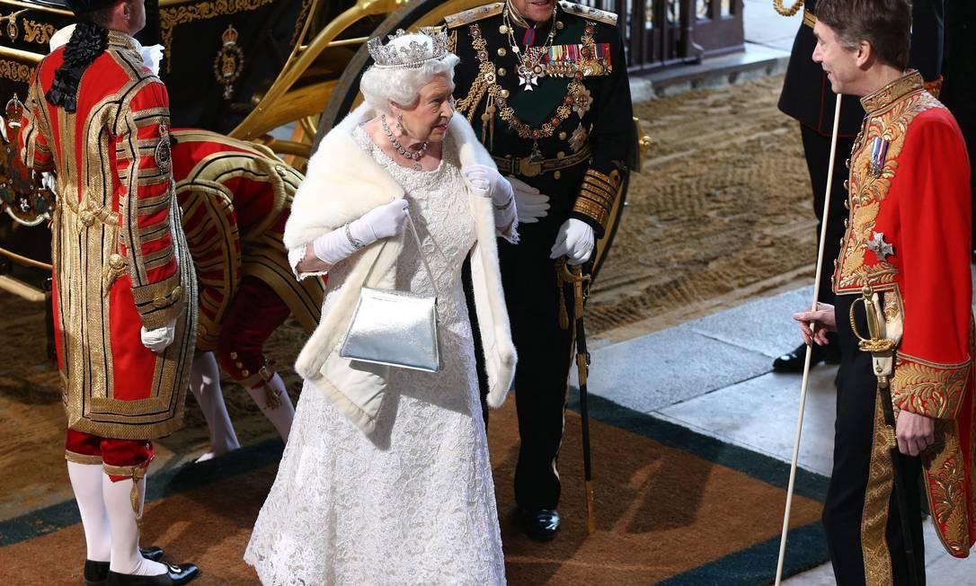 A bolsa Royale, da marca Launer London, fiel companheira da rainha, é carregada por ela. Desta vez, numa versão prateada CARL COURT / AFP
