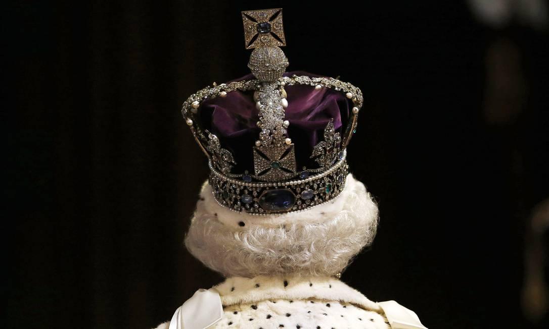 """A Rainha Elizabeth II exibe a """"Imperial State Crown"""", a coroa que reúne 2.868 diamantes, 273 pérolas, 17 safiras, 11 esmeraldas e 5 rubis e pesa quase um quilo SUZANNE PLUNKETT / AFP"""
