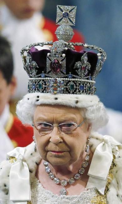 A rainha Elizabeth II esteve nesta quarta-feira na cerimônia de abertura do Parlamento britânico. Para a ocasião, ela apostou em um visual digno do cargo: além da Coroa do Estado Imperial (de 1937), ela exibia o colar e os brincos que usou na sua coroação SUZANNE PLUNKETT / AFP