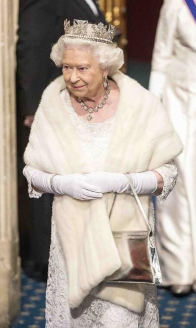 """Após a cerimônia, ela deixou o parlamento vestindo um look mais """"simples"""": a Coroa Imperial do Estado deu lugar à coroa Diadema de Estado de Jorge IV POOL / REUTERS"""