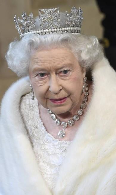 O colar e os brincos foram feitos especialmente para a rainha Victoria em 1858. O colar tem 25 pedras de diamante POOL / REUTERS