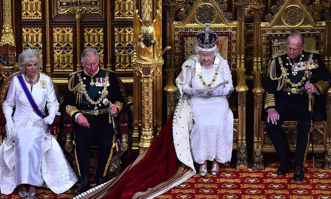 Como a rainha, Camilla, a duquesa de Cornwall, também apostou no branco e em joias poderosas para a ocasião BEN STANSALL / AFP