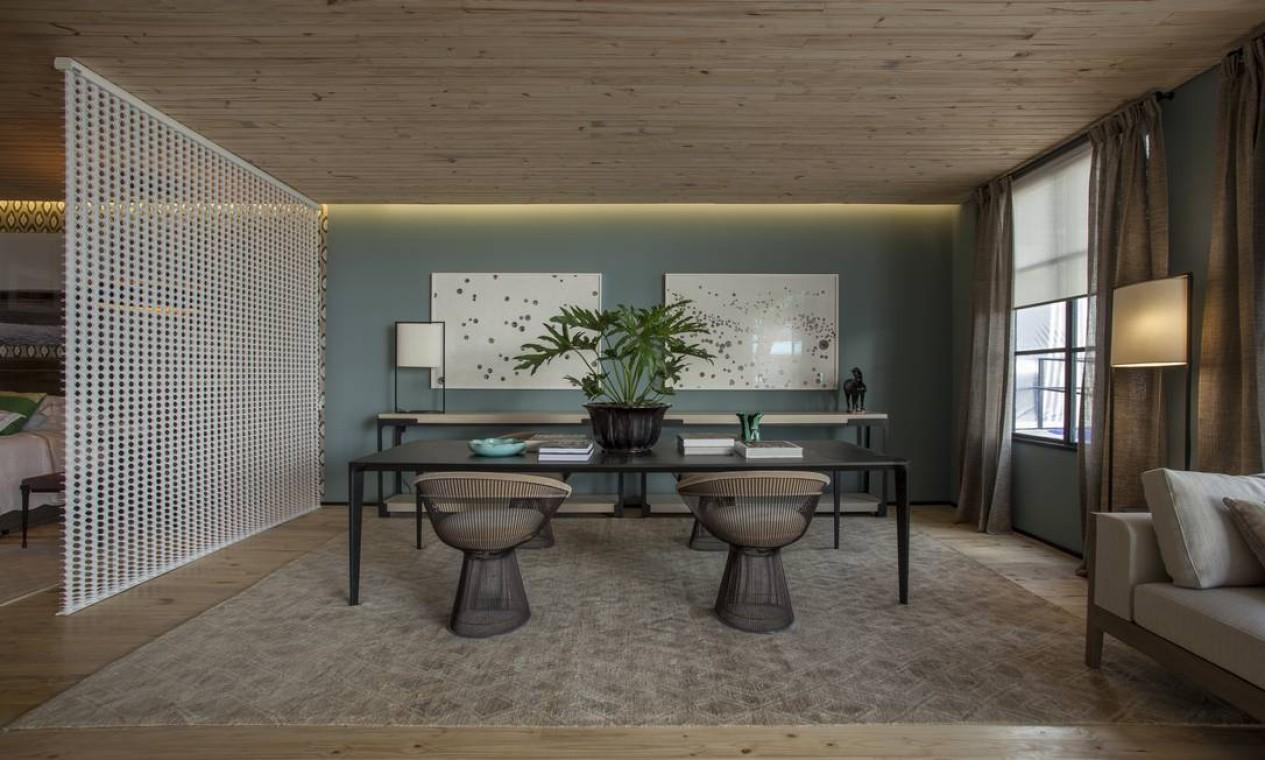 A Casa 11, criada por Esther Giobbi, foi pensada para um morador que viaja e gosta de arte. O piso e teto foram revestidos em pinus ecológico Foto: Divulgação