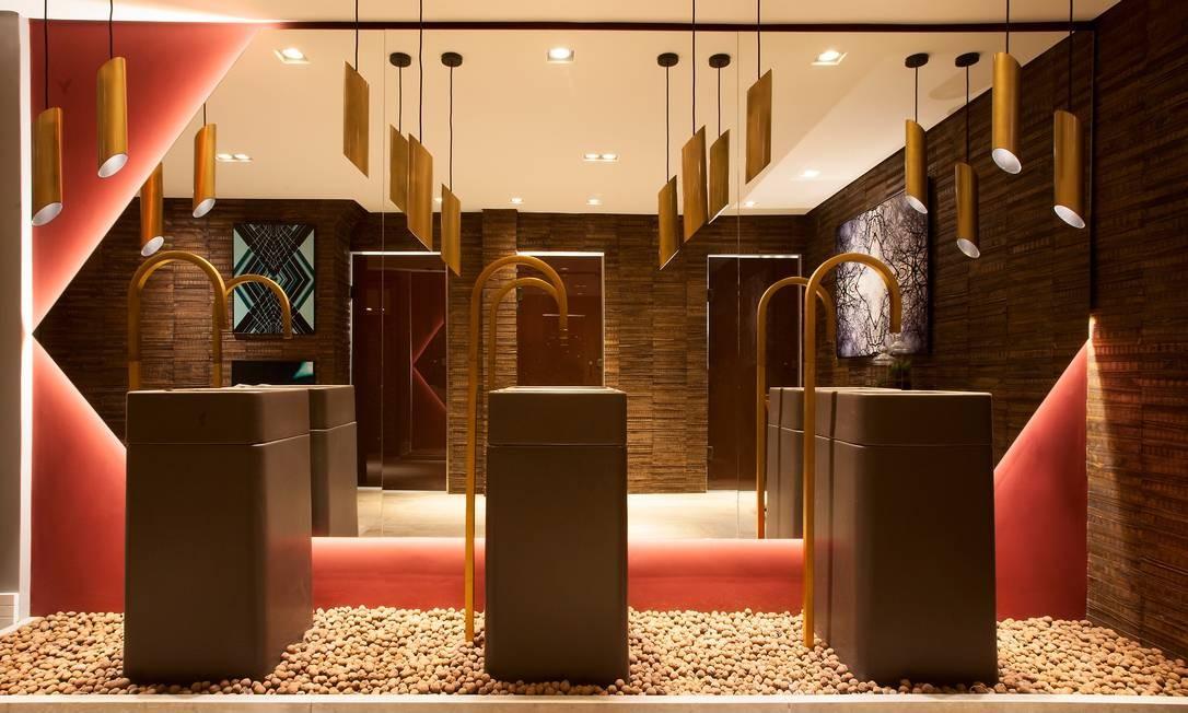 A arquiteta e designer de interiores Amanda Damha inspirou-se na era do ouro do café no Brasil para criar o seu Toilette Contemporâneo. A paleta dourada garante o toque luxuoso do espaço, enquanto a madeira garante o cliema intimista Foto: Levi Mendes Jr / Divulgação