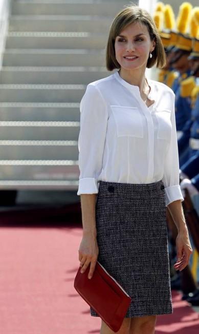 Com blusa mais fechada na chegada a Honduras, não dá para perceber as formas de Letizia Fernando Antonio / AP