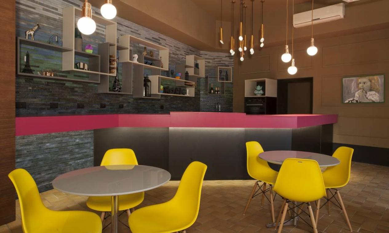 Gerson Dutra de Sá e Ana Lucia Salama investiram em cores exuberantes e formas assimétricas para criar espaço Café & Conforto, de 80m² Foto: Levi Mendes Jr / Divulgação
