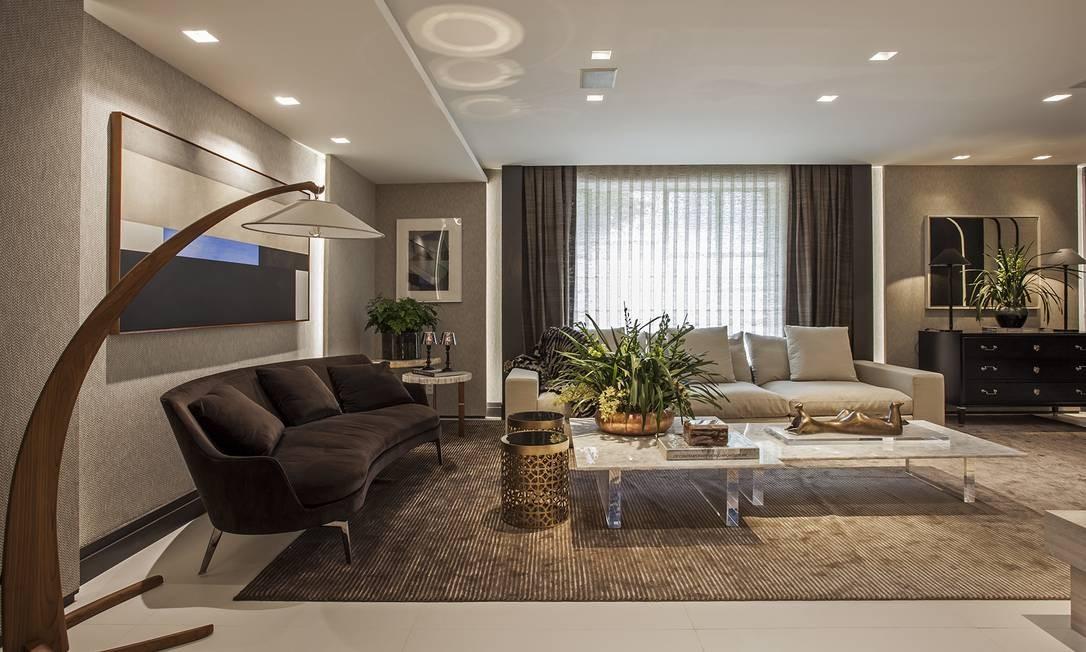 As arquitetas Andrea Teixeira e Fernanda Negrelli assinam o Living Sublime, espaço clássico de 70m². Os revestimentos naturais e a marcenaria em carvalho americano lustrado dão um toque aconchegante ao ambiente Divulgação