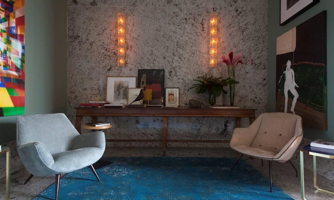 O Hall do Colecionador do Apartamento 1, de Rodrigo Kolton e Beto Monzon, tem obras como uma fotografia de Valentino Fialdini, um quadro de Ana Paula Castro e uma fotomontagem de Cholito. A mesa de antiquário é de Arnaldo Danemberg Divulgação