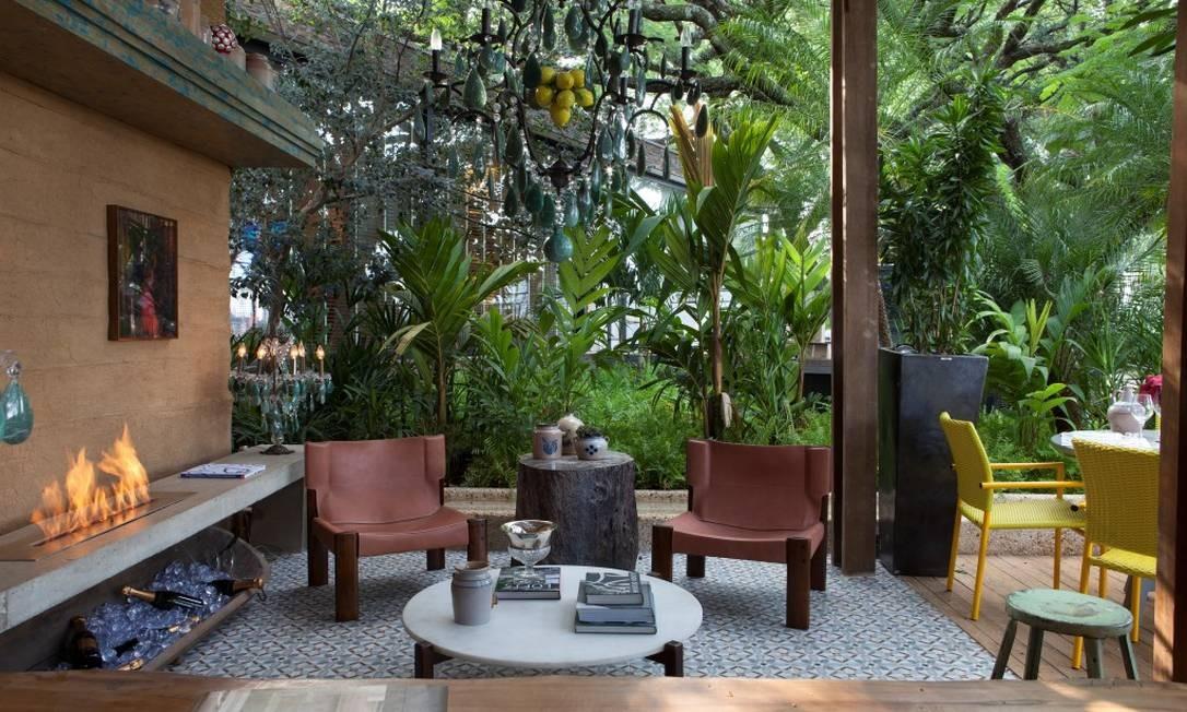 A varanda da Cactus Arquitetura, da dupla Claudia Alionis e Eduardo Bessa, utiliza materiais que remetem à brasilidade, como a parede de taipa de pilão e a cerâmica do piso Foto: Divulgação