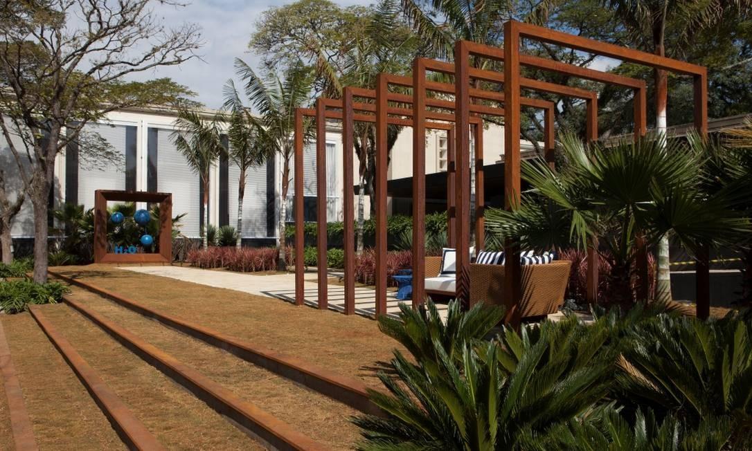 Os paisagistas Juliana Freitas e João Jadão optaram por plantas que exigem pouca água para o Jardim H20 Foto: Divulgação