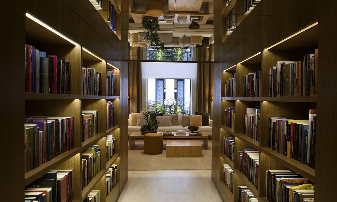 Bruno Gap assina a biblioteca de estar. O charme do espaço é o espelho na entrada cercada por livros, que multiplica a imagem das obras Foto: Abdo Abdala / Divulgação