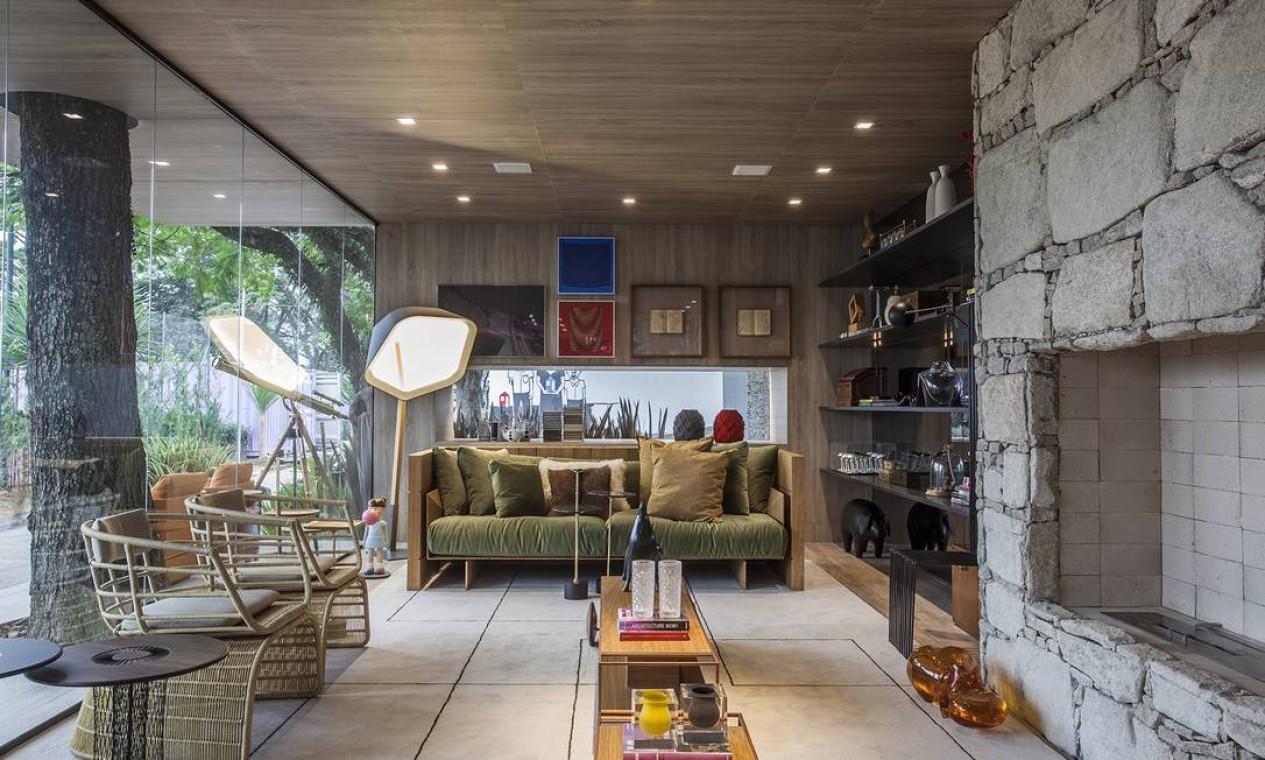 A dupla Gil Cioni e Olegário Sá criou a Casa da Árvore. Pensada como uma cabana de praia ou montanha com atmosfera rústica, a sala foi feita apenas com materiais sustentáveis Foto: Divulgação