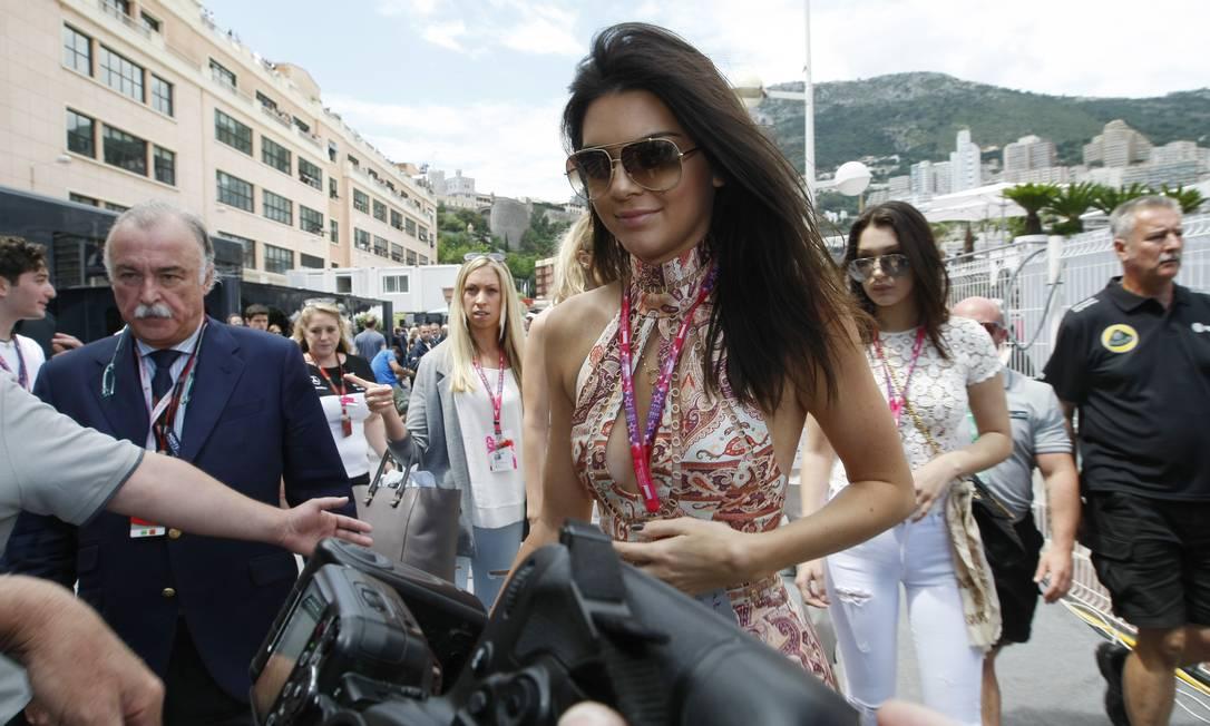 Kendall Jenner, Cara Delevingne e Cristiano Ronaldo resolveram fazer algo diferente neste domingo. As modelos e jogador de futebol português passaram a manhã em Mônaco, mais precisamente nos bastidores do GP de Fórmula 1 que acontece por lá Claude Paris / AP
