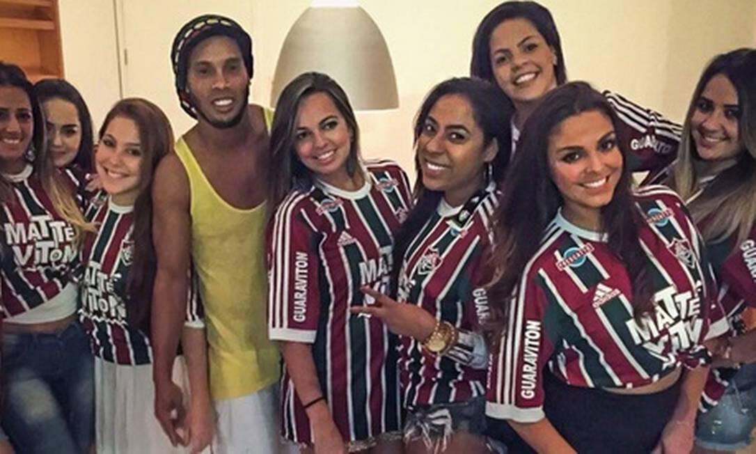 Ronaldinho ao lado de amigas Divulgação