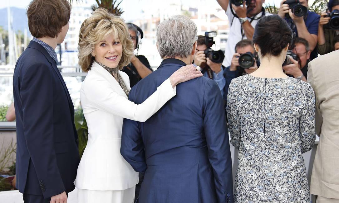 """Pode ser que esta seja a nova forma de cumprimentar dos famosos. Depois de Cate Blanchett, o diretor americano Todd Haynes e a atriz americana Rooney Mara serem flagrados trocando """"mãos bobas"""" durante a sessão de fotos do filme """"Carol"""", no Festival de Cannes, agora foi a vez de Jane Fonda """"atacar"""" o ator Harvey Keitel Foto: VALERY HACHE / AFP"""