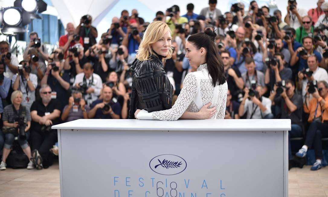 No filme, que se passa na década de 1950, Carol (Cate Blanchett) tem um romance com Therese (Rooney Mara) BERTRAND LANGLOIS / AFP