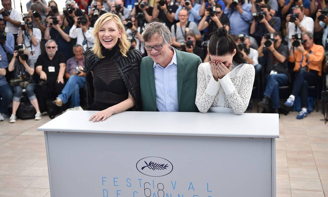 Os três se divertem com a imprensa BERTRAND LANGLOIS / AFP