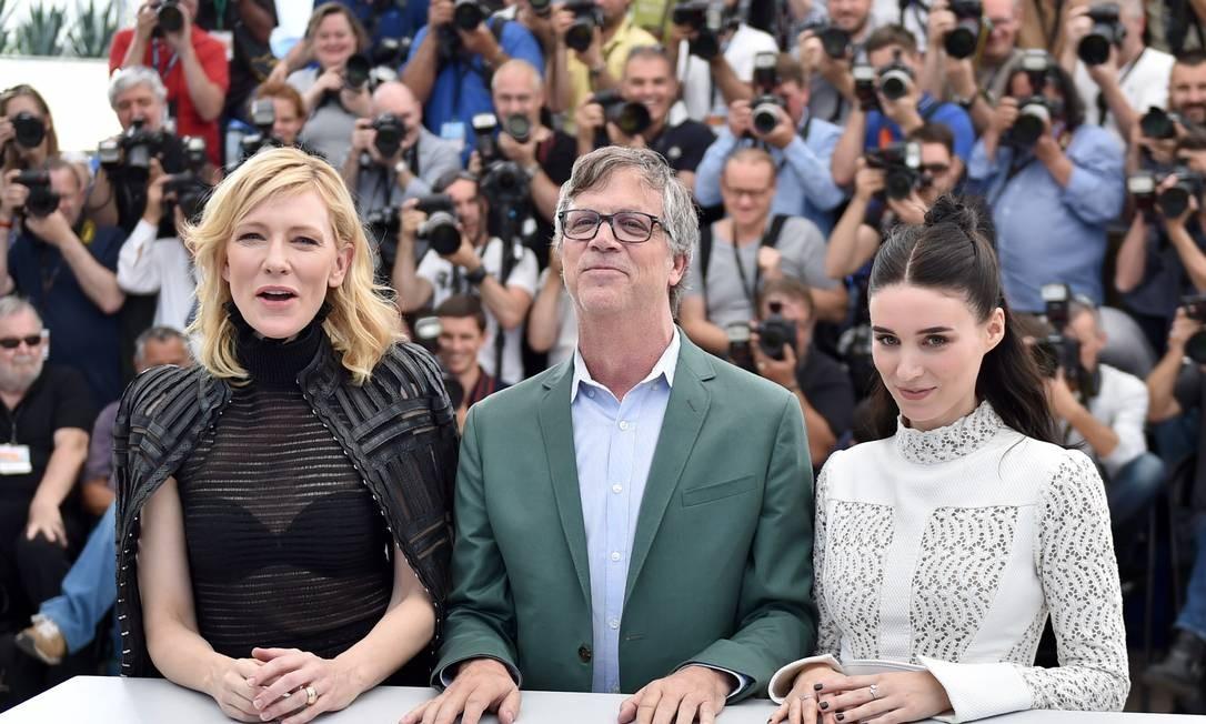 """Olhando assim eles até parecem comportados. Mas a atriz australiana Cate Blanchett, o diretor americano Todd Haynes e a atriz americana Rooney Mara resolveram 'causar' durante a sessão de fotos do filme """"Carol"""", no Festival de Cannes Foto: BERTRAND LANGLOIS / AFP"""