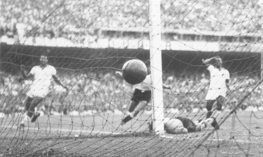Em 16 de julho de 1950, o gol de Ghiggia que calou o Maracanã na final da Copa do Mundo: Brasil 1 x 2 Uruguai Agência O Globo