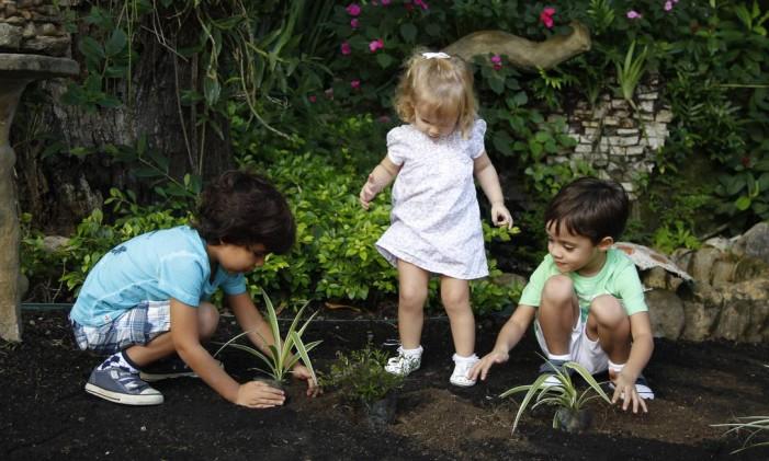 Contato com outras crianças é importante Foto: Eduardo Naddar / Agência O Globo