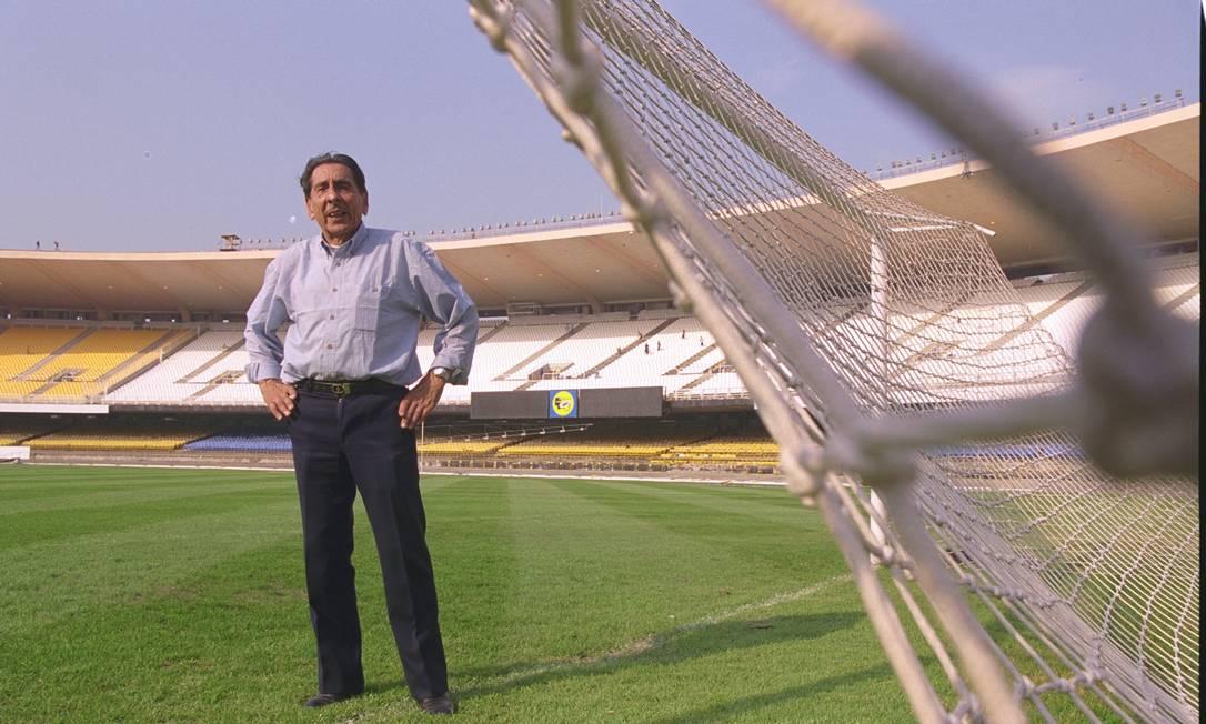 Ghiggia em junho de 2000, junto à trave em que marcou o gol do título do Uruguai sobre a seleção brasileira no Maracanã, na Copa de 1950 Ricardo Gomes / Agência O Globo
