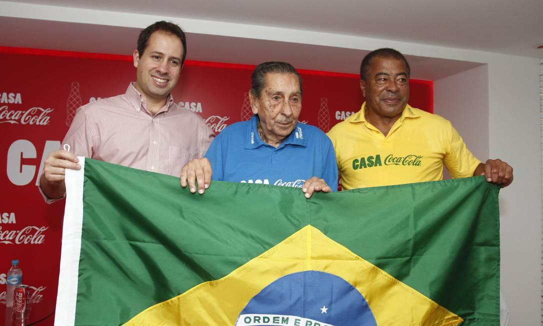 Na ocasião, Ghiggia segurou uma bandeira do Brasil ao lado de Jairzinho, o Furacão da Copa de 1970 Lucas Figueiredo / Agência O Globo