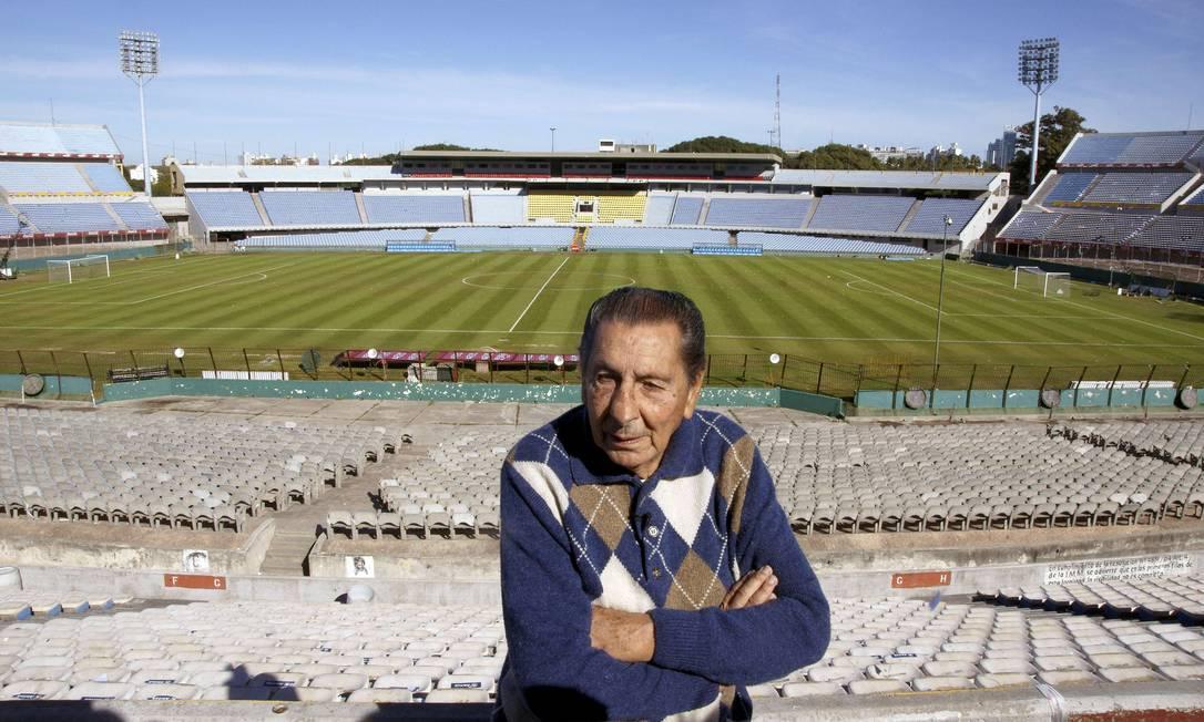Ghiggia em visita ao Estádio Centenário, em Montevidéu PANTA ASTIAZARAN / AFP